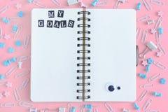Mój cele Kropidło z białymi stronami Materiały jest w nieładzie Staples, papierowe klamerki i asteryski, jesteśmy przypadkowo Fotografia Stock