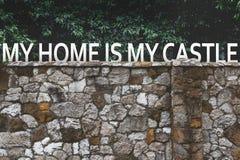 Mój dom Jest Mój Grodowym pojęcia inskrypcją Na Ściennym tle Zdjęcie Stock