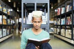 Mól książkowy wydaje czas wolnego w bibliotece fotografia royalty free