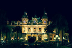 Mónaco, Italia, el 10 de agosto de 2013: Casino en Mónaco Paisaje de la noche Foto de archivo