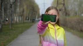 Móvil bonito del control de la demostración de charla del paisaje urbano del paseo de la muchacha almacen de video