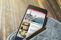 Móvil de la pantalla con vídeo en línea fotografía de archivo libre de regalías