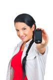 Móvil de ofrecimiento del teléfono de la mujer atractiva Imagenes de archivo
