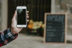 Móvil del teléfono de la mano foto de archivo libre de regalías