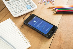 Móvil elegante del teléfono con los iconos del facebook Imagen de archivo libre de regalías