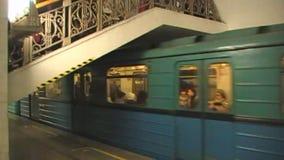 Móvil en el metro de Moscú almacen de video