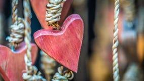 Móvil en forma de corazón de madera de la ejecución fotos de archivo libres de regalías