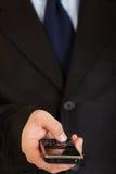 Móvil en mano del hombre. Comunicación móvil. Primer. fotografía de archivo libre de regalías