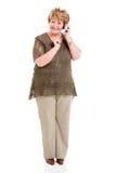 Móvil que habla de la mujer mayor Fotografía de archivo