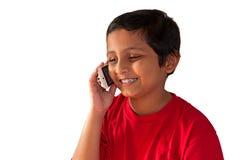 Móvil que habla del muchacho asiático, indio, bengalí, sonriendo Fotografía de archivo