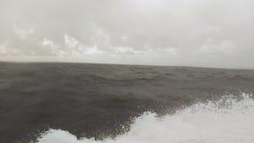 Móvil rápidamente en el océano almacen de metraje de vídeo