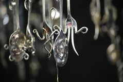 Móviles colgantes peculiares hechos fuera de los cubiertos de plata fotografía de archivo libre de regalías