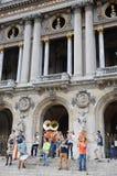 Móviles de Les Plaies, demostración joven de la banda de metales en el edificio de la ópera de París Los buskers de las docenas s imagen de archivo libre de regalías