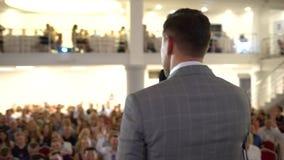 Mówca daje rozmowie na korporacyjnej Biznesowej konferenci Widownia przy sala konferencyjną BIZNESOWY wydarzenie Młody człowiek w zdjęcie wideo