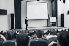 Mówca prowadzi biznesową konferencję dla dziennikarzów i nowicjuszów przedsiębiorców Fotografia Stock