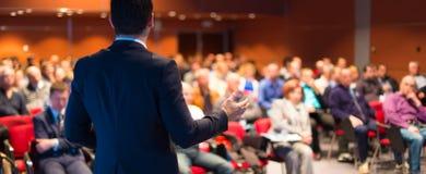 Mówca przy Biznesową konferencją i prezentacją