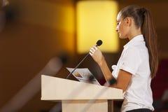 Mówca przy sceną Obrazy Stock
