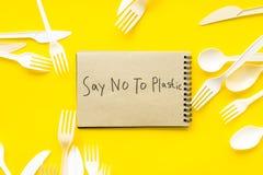 Mówić nie klingeryt kopia Eco zakaz sądowy na i pojęcie używamy plastikowy flatware na żółtego tła odgórnym widoku zdjęcia royalty free