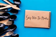 Mówić nie klingeryt kopia Eco zakaz sądowy na i pojęcie używamy plastikowy flatware na błękitnego tła odgórnym widoku obraz royalty free