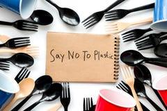 Mówić nie klingeryt kopia Eco zakaz sądowy na i pojęcie używamy plastikowy flatware na białego tła odgórnym widoku fotografia royalty free
