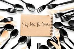 Mówić nie klingeryt kopia Eco zakaz sądowy na i pojęcie używamy plastikowy flatware na białego tła odgórnym widoku zdjęcia stock