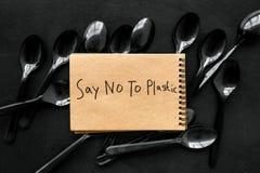 Mówić nie klingeryt kopia Eco zakaz sądowy na i pojęcie używamy plastikowy flatware na czarnego tła odgórnym widoku zdjęcia royalty free