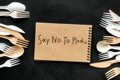 Mówić nie klingeryt kopia Eco zakaz sądowy na i pojęcie używamy plastikowy flatware na czarnego tła odgórnym widoku obrazy stock