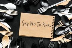 Mówić nie klingeryt kopia Eco zakaz sądowy na i pojęcie używamy plastikowy flatware na czarnego tła odgórnym widoku fotografia stock
