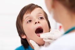 Mówi aaah - chłopiec przy lekarką Obrazy Stock
