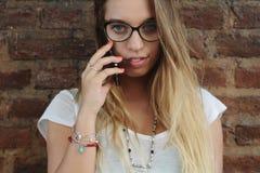 mówi młody kobiet telefon Zdjęcie Stock