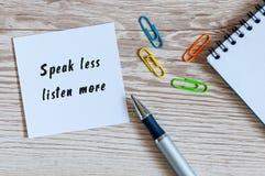 Mówi Mniej Słucha Więcej zawiadomienie na biznesowym tle obrazy stock