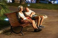 Mônaco França 16 de agosto de 2017: Pares desabrigados O homem está dormindo em um banco de parque na cidade Imagem de Stock Royalty Free