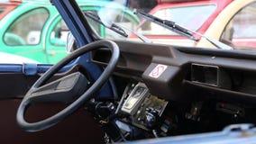MÔNACO, MONAKO - 5 de julho de 2018: Carro retro estacionado na rua europeia velha da cidade vídeos de arquivo