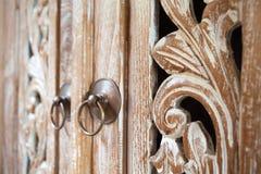 Möbel in der klassischen Balineseart führen helles Holz einzeln auf Stockbild