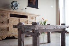Möbel in der klassischen Balineseart führen helles Holz einzeln auf Stockfotos