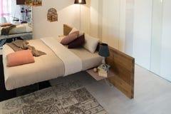Möbel in der Luxusküche und in den Schlafzimmern Stockbild