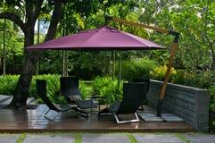 Möbel im Freien mit Regenschirm Lizenzfreie Stockfotos
