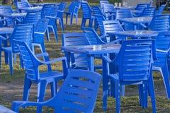 Möbel, Plastikstühle und Tabellen stockfoto