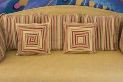 Möbel: Stuhl oder Sofa mit Kissen im Wohnzimmer Lizenzfreie Stockfotos