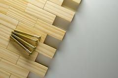 Möbelbolzen mit Holzklotzhintergrund lizenzfreies stockbild