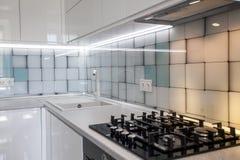 Möbelhintergrund Gasplatte auf einer Steinoberfläche in der Küche lizenzfreie stockfotografie