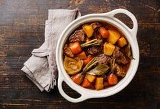 Möbeln Sie das Fleisch auf, das mit Kartoffeln, Karotten und Gewürzen gedämpft wird stockfotografie