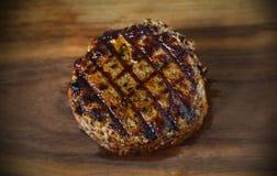 Möbeln Sie das Hamburgerrindfleisch-Fleischpastetchen auf, gegrillt mit Grillkennzeichen stockfoto