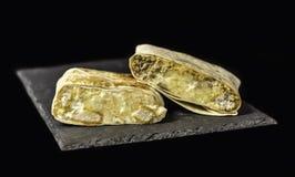 Möbeln Sie französische Tacos und Nuggets, Angebot-französische Tacos auf Schiefer auf Lizenzfreie Stockfotografie