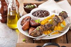 Möbeln Sie Kebab mit Reis, Bohnen und gebratenen Bananen auf stockbilder