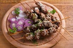 Möbeln Sie Leber auf Aufsteckspindeln mit Samen des indischen Sesams auf Leber-Kebab lizenzfreie stockfotografie
