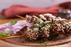 Möbeln Sie Leber auf Aufsteckspindeln mit Samen des indischen Sesams auf Leber-Kebab lizenzfreies stockbild