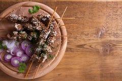 Möbeln Sie Leber auf Aufsteckspindeln mit Samen des indischen Sesams auf Leber-Kebab lizenzfreies stockfoto