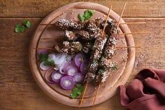 Möbeln Sie Leber auf Aufsteckspindeln mit Samen des indischen Sesams auf Leber-Kebab stockbilder