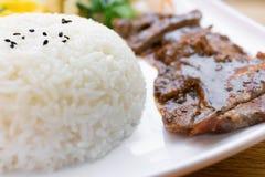 Möbeln Sie Leiste mit schwarzem Pfeffer und Reis und Kohl und Ei als Mittagessen auf Stockfotos